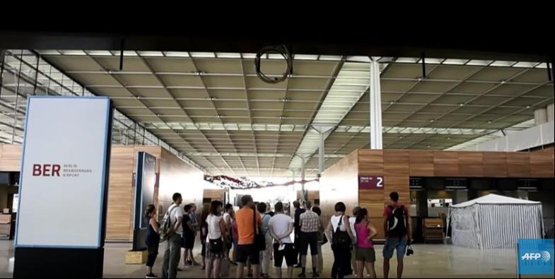 Berlin: sans voyageurs, l'aéroport fantôme attire les touristes - YouTube